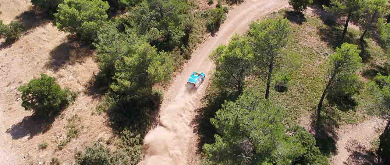 voiture de course en plein virage vue en drone