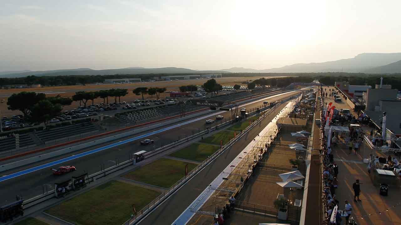 coucher de soleil au dessus du circuit du Castellet