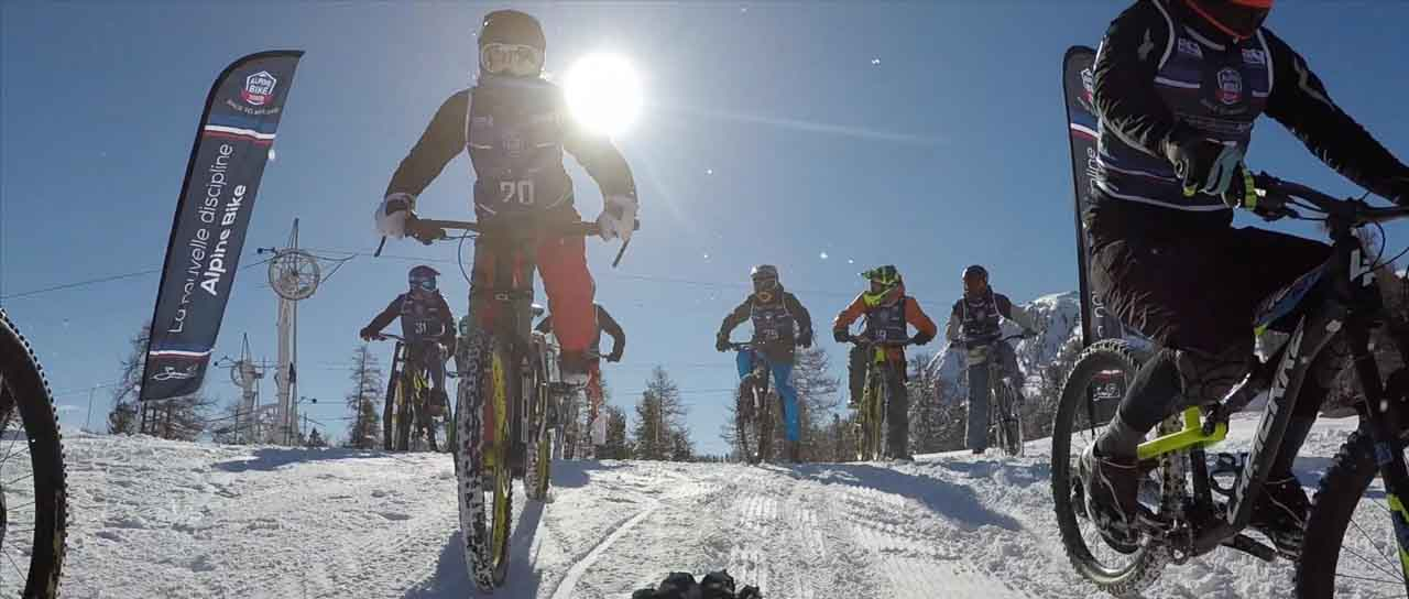 Descente en vélo sur neige