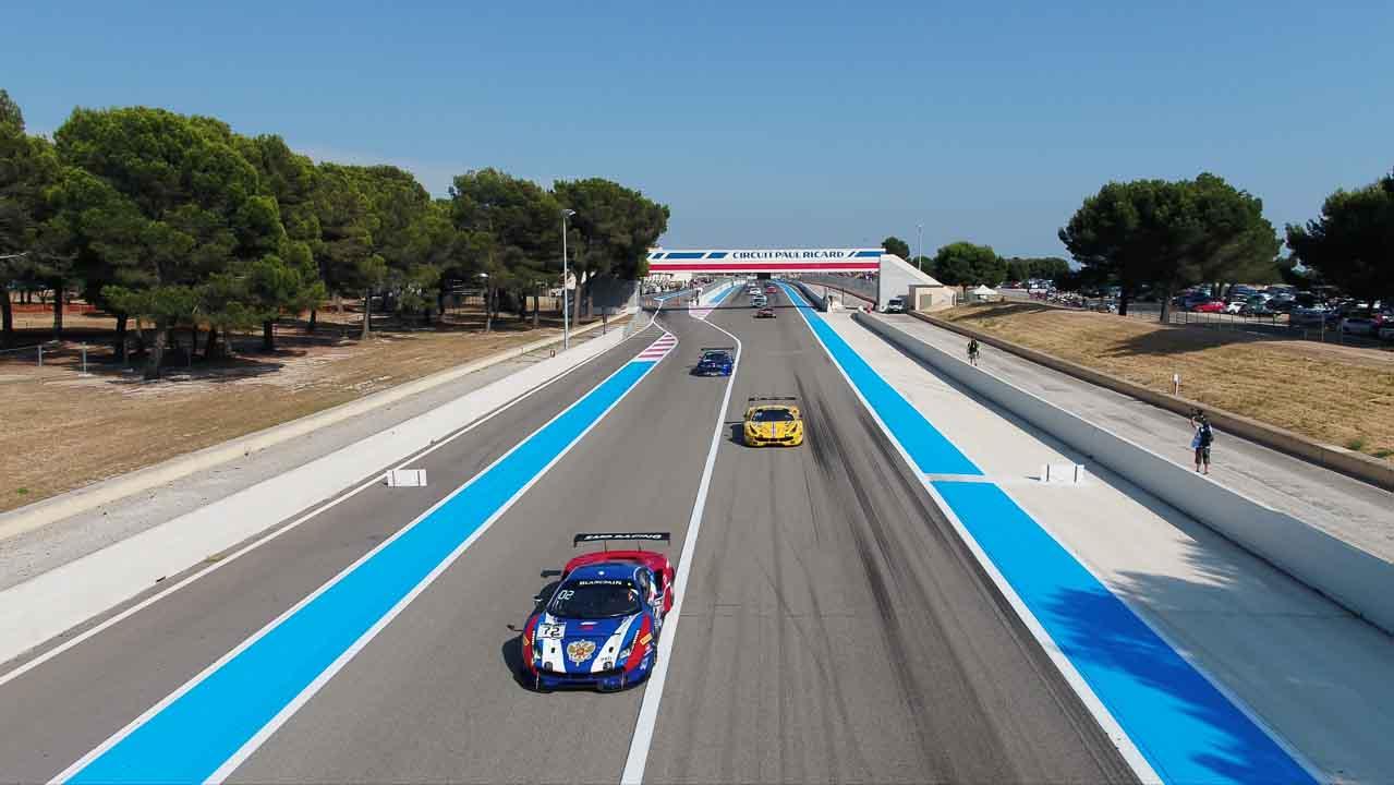 vue basse en drone sur des voitures de course